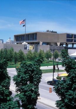 Milwaukee County War Memorial and Milwaukee Art Center in Milwaukee, Wisconsin by architect Eero Saarinen